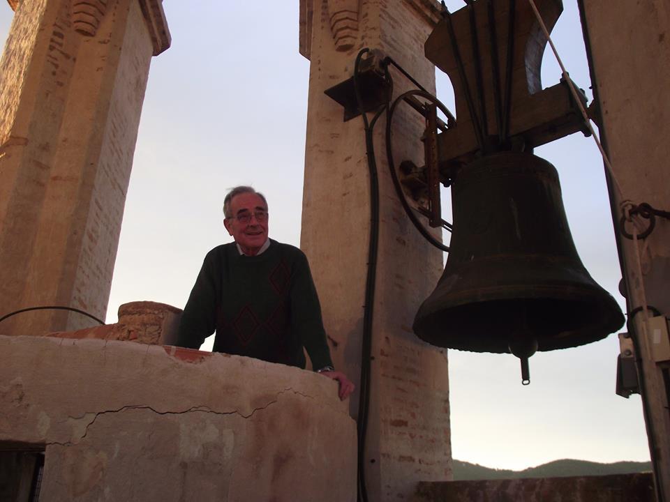 Mn. Pere Corbera al campanar de Ribes (Foto: Tocs i Campanes)